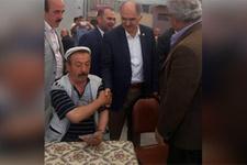 Vekil ile vatandaşın tokalaşma anı görenleri güldürdü!