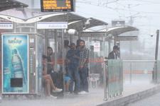 Yağmur İstanbul'u felç etti! Metro durdu araçlar sular altında kaldı