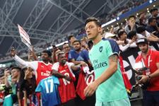 Mesut Özil sahaya kaptan çıktı PSG'ye gol attı