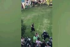 Protestocudan polise uçan tekme!