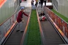 Küçük çocuğun bacağı yürüyen merdivene sıkıştı