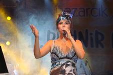 Ebru Yaşar'dan deprem korkusunu unutturan konser