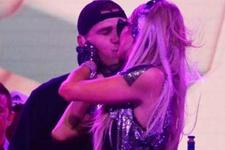 Paris Hilton aşka geldi sevgilisini öpücüklere boğdu!