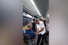 İETT şoförü, otobüse binen yolcuları kolonyayla karşıladı