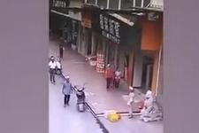Üstüne dev tabela düştü, güvenlik kamerasına anbean kaybetti