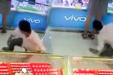 Mağazada mide bulandıran görüntü! Eğilip kadının eteğinin altından baktı
