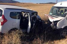 Antalya'da minibüsle otomobil çarpıştı: 16 yaralı