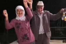 İlk kez elektriğe kavuşan çift, sevincini horonla kutladı