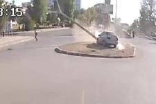 Otomobilin devirdiği direğin altında kalmaktan son anda kurtuldu