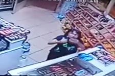 13 yaşındaki kızın market kamerasına yaptığı hareket olay oldu