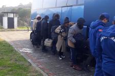 İzmir'de kamyon kasasında 42 kaçak yakalandı!
