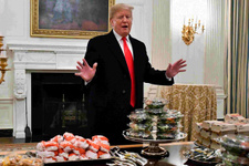 Trump'tan misafirlerine büyük ayıp pizza ve hamburger yedirdi