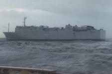 Fırtına hayatı felç etti: Mersin'de gemi karaya oturdu!