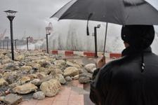 Mersin'de dev dalgalar kayaları sahile taşıdı
