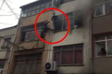 Fatih'te korku dolu anlar! Camdan sarkıp kurtarılmayı beklediler
