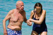 Medya patronu denizde aşk tazeledi 25 yaş küçük eşine bakın