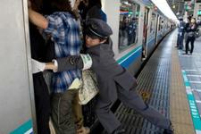 Japonya'da metro yoğunluğuna yemekli çözüm