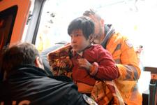 Afgan ailenin hayatını gazete dağıtıcısı kurtardı!