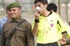 Futbolcu hakemin burnunu kırdı