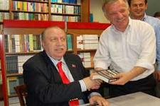 Yaşar Okuyan kitap imzaladı