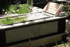 Mezar taşına öyle bir şey yazdırdı ki