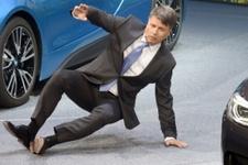BMW CEO'su bir anda yere düştü
