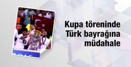 Kupa töreninde Türk bayrağına müdahale