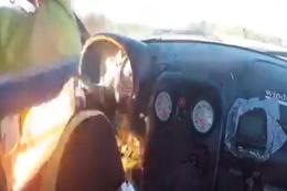 Yarış esnasında alev alan araçtan son anda kurtuldu
