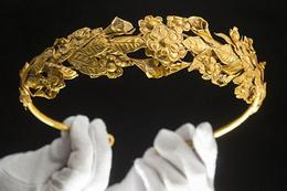 Yatağının altında 2 bin yıllık taç buldu