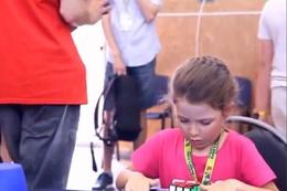 6 yaşında ama Rubik küpünü 41 saniyede çözdü!