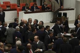 Meclis'te şimdi de senin kadının benim kadınım kavgası ÇIKTI