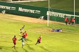 Penaltıyı kurtardı oyundan atıldı!