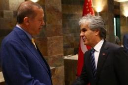 Ekrandaki gazeteciler ve Tayyip Erdoğan'ın şık hareketi