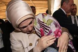 Emine Erdoğan'ı ağlatan küçük kız