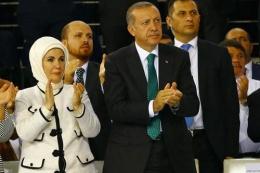 Emine Erdoğan'ın kongrede neşesi bir anda kaçtı