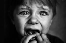 Minik çocuk annesine ölmek için yalvarıyor