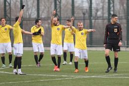 Futbolcular hakemi protesto edince maç tatil edildi