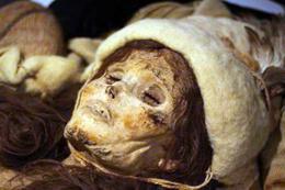 Arkeologlar altın rengi maskeli mumya buldu