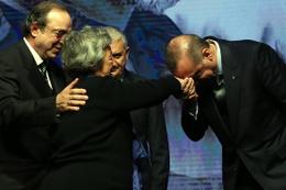 Meltem Cumbul elini sıkmamıştı Erdoğan annesinin elini öptü