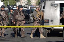 Diyarbakır'da PKK'nın hücre evine baskın: 1 polis şehit