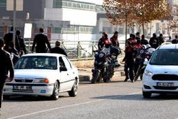 Düğün konvoyu ortalığı karıştırdı: 2 polis yaralandı!