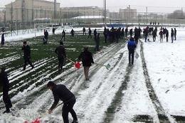 Futbol sahasındaki karları taraftar temizledi
