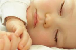 Bebeğin anne baba yanında uyuması doğru mu ?