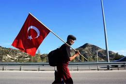 Yaşlı adamdan Cumhurbaşkanı Erdoğan'a destek yürüyüşü
