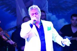 Cengiz Kurtoğlu iki sepet dut karşılığında konser verdi!