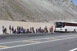 Arızalanan otobüste 103 kaçak yakalandı