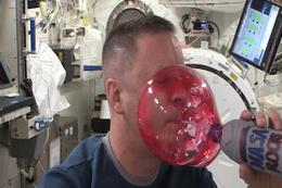 Astronotun uzayın ortasında şaşırtan gösterisi!