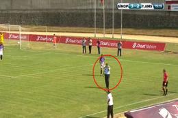 Güvenlik görevlisi maçı unuttu sahaya girdi!