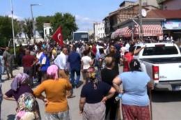 Polis yolu kapattı: Ellerinde sopalarla valiliğe yürüdüler!