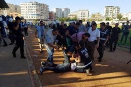 Türkiye Kupası maçında kavga! Taraftarlar sahaya indi